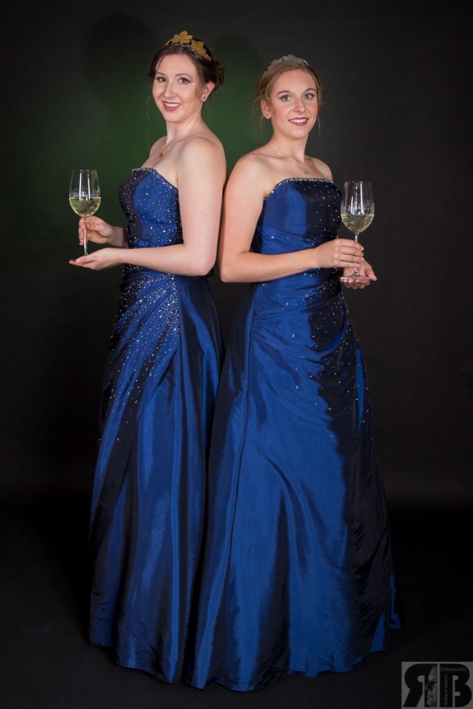 links: Daniela Phillipsen ( Weinkönigin) rechts: Michelle Blettenberg ( Weinprinzessin)